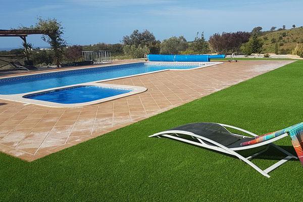 Ejemplo piscina con césped artificial 2