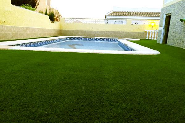 Ejemplo piscina con césped artificial 3