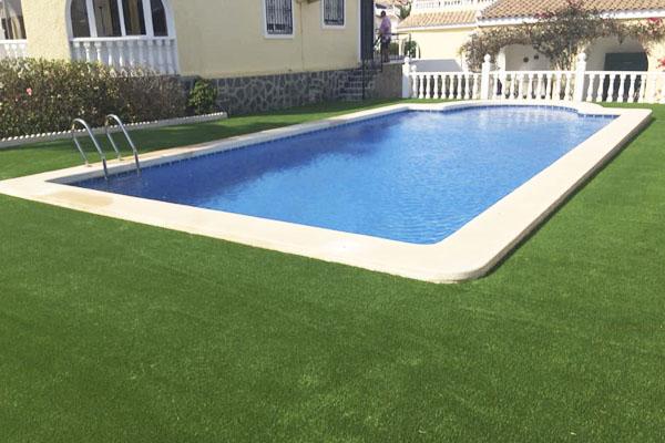 Ejemplo piscina con césped artificial 1