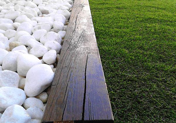 Delimitación áreas de jardín con traviesa de madera