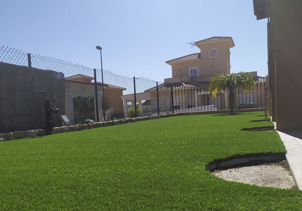 cesped artificial en jardin o patio