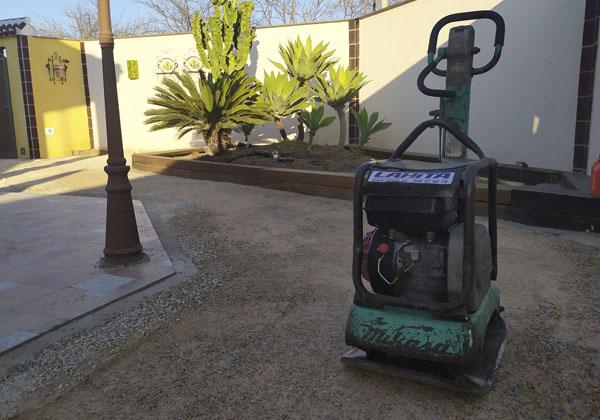 compactar terreno con bandeja o plancha compactadora