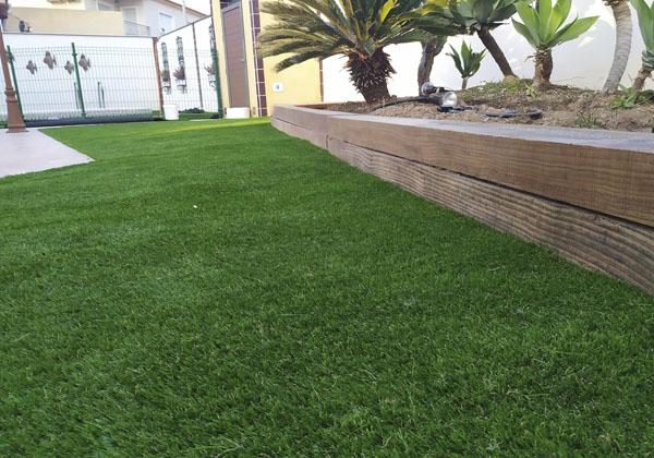 instalacion cesped artificial en jardin 1