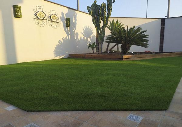 instalacion cesped artificial en jardin 2
