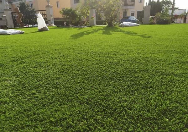instalacion cesped artificial en jardin pequeño