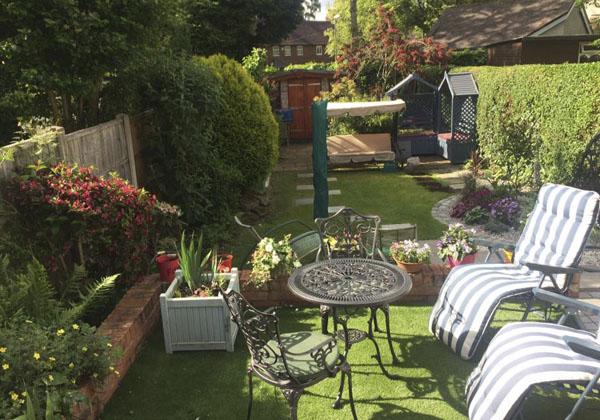 jardin pequeño con cesped artificial