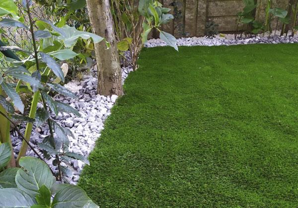 jardines con cesped artificial y piedras
