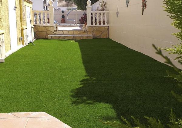patio con cesped artificial