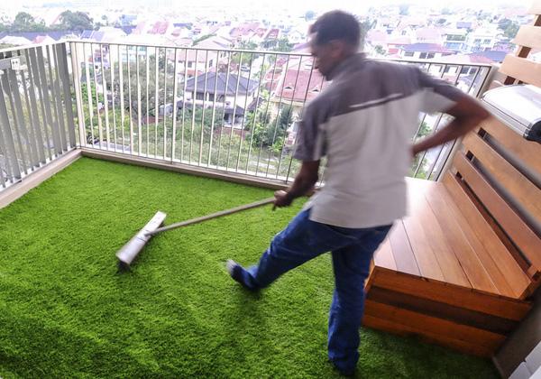 Limpieza césped artificial en terraza
